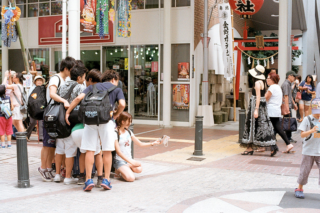 "仙台街道 Sendai 2015/08/07 在路上剛好看到一群學生在路上自拍。  Nikon FM2 / 50mm Kodak ColorPlus ISO200  <a href=""http://blog.toomore.net/2015/08/blog-post.html"" rel=""noreferrer nofollow"">blog.toomore.net/2015/08/blog-post.html</a> Photo by Toomore"